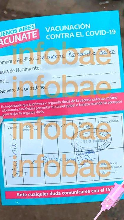 La propia joven difundió una imagen de su certificado de vacunación