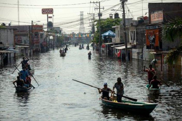 Los residentes de Villahermosa, capital de Tabsco, usan botes para desplazarse por las calles inundadas (Foto: AP/Felix Marquez)