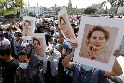Manifestantes sostienen imágenes de Aung San Suu Kyi, la consejera del estado de Birmania, detenida, durante una protesta contra el golpe militar en Yangon, Birmania. Miles de personas tomaron las calles en el tercer día de protestas masivas contra el golpe militar. EFE/EPA/LYNN BO BO