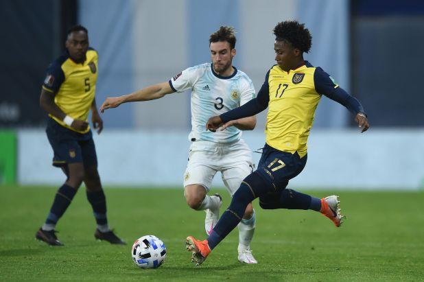 Angelo Preciado en el duelo de Eliminatorias entre Argentina y Ecuador (REUTERS/Marcelo Endelli)