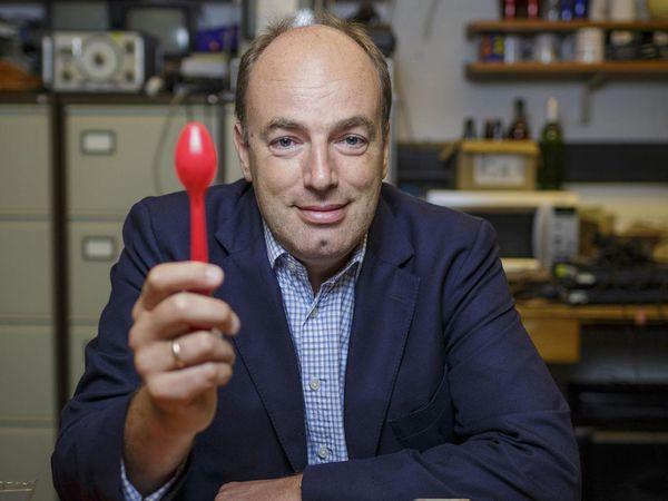El polémico profesor Charles Spence muestrauna cuchara que desalienta a los comensales: la platería estimula, en cambio. (Foto de Sam Frost)