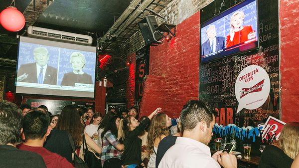 Varias pantallas para seguir en vivo el primer debate presidencial entre Hillary y Trump (foto: Santiago Ibañez- Sugar Bar)