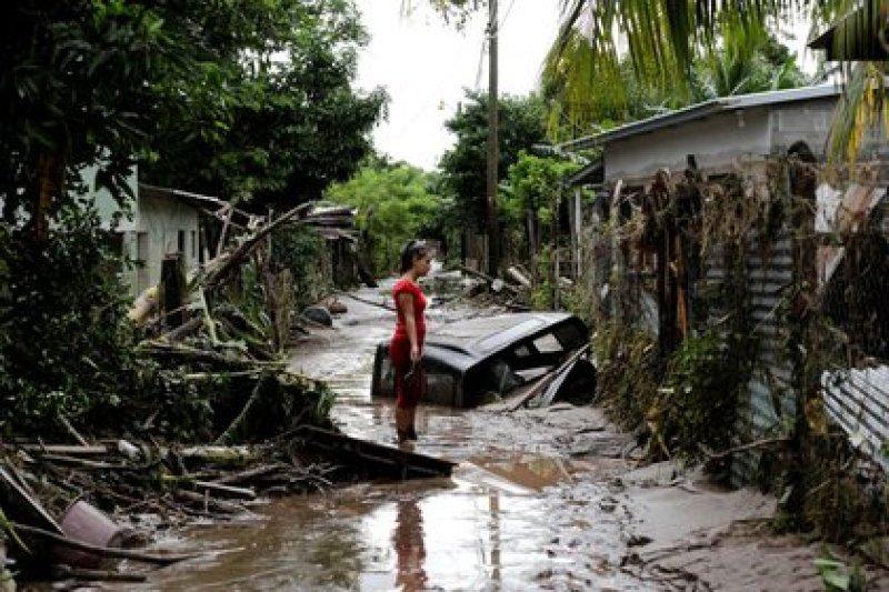 Desolación ante la destrucción del huracán Eta, en Pimienta, Honduras. Una situación que provoca la migración climática. REUTERS/Jorge Cabrera