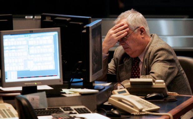 Un operador hace una pausa en su trabajo diario en la Bolsa de Comercio porteña. (Reuters)