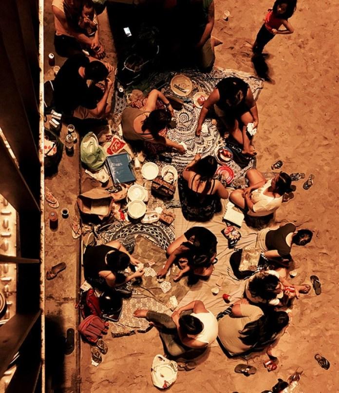 """El tercer lugar fue para Pascal Desapio (Suiza) con la fotografía """"Night at the beach"""" (Noche en la playa) que tomó con un iPhone 7 Plus en Barcelona, España."""