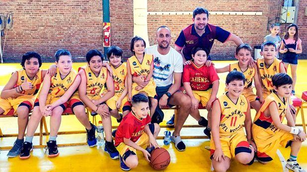 Manu Ginóbili visitó a los chicos de PreMini en el club donde empezó a jugar al básquet: Bahiense del Norte (@BdNorte)