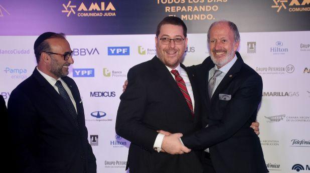 El saludo entre el presidente de la AMIA, Ariel Eichbaum, y el presidente de la DAIA, Jorge Knoblovits