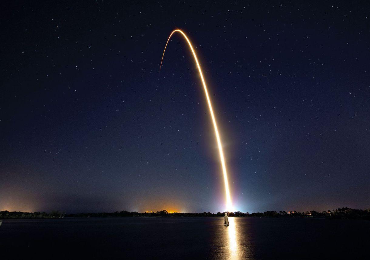 """La partida de Cabo Cañaveral en febrero. """"Mandamos la cápsula a bordo de un cohete de la compañía SpaceX, que trasportaba un satélite terrestre, lo que nos abarató costos"""", cuenta Alex."""