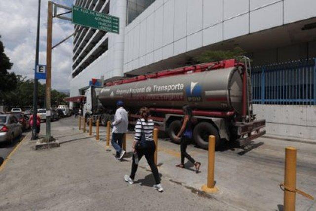 Un camión cisterna distribuye combustible en una estación de servicio de Caracas. En el acuerdo se entregarían 1,000 camiones cisterna (EFE/Rayner Peña)