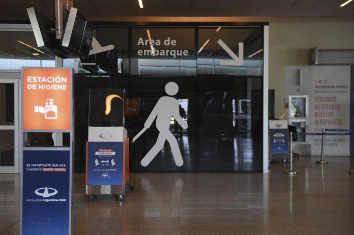Los argentinos que viajaron al exterior tendrán dificultades para regresar al país