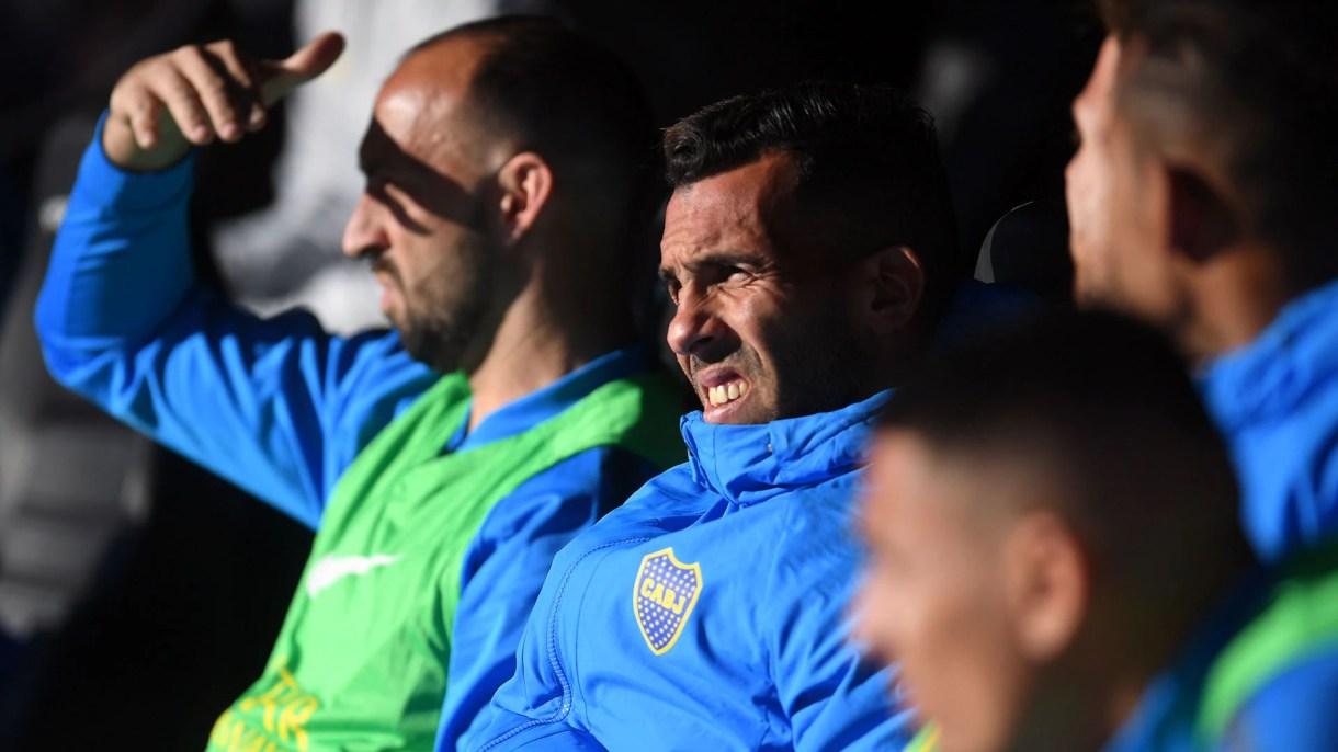 Con Tevez mirando el partido desde el banco, Boca fue al Monumental con la vista puesta más en los próximos partidos y no podía perder…. (Télam)