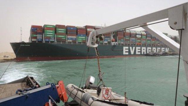 Una imagen distribuida por la Autoridad del Canal de Suez el 25 de marzo de 2021 muestra remolcadores egipcios que intentan liberar el carguero MV Ever Given (Evergreen) (AFP)