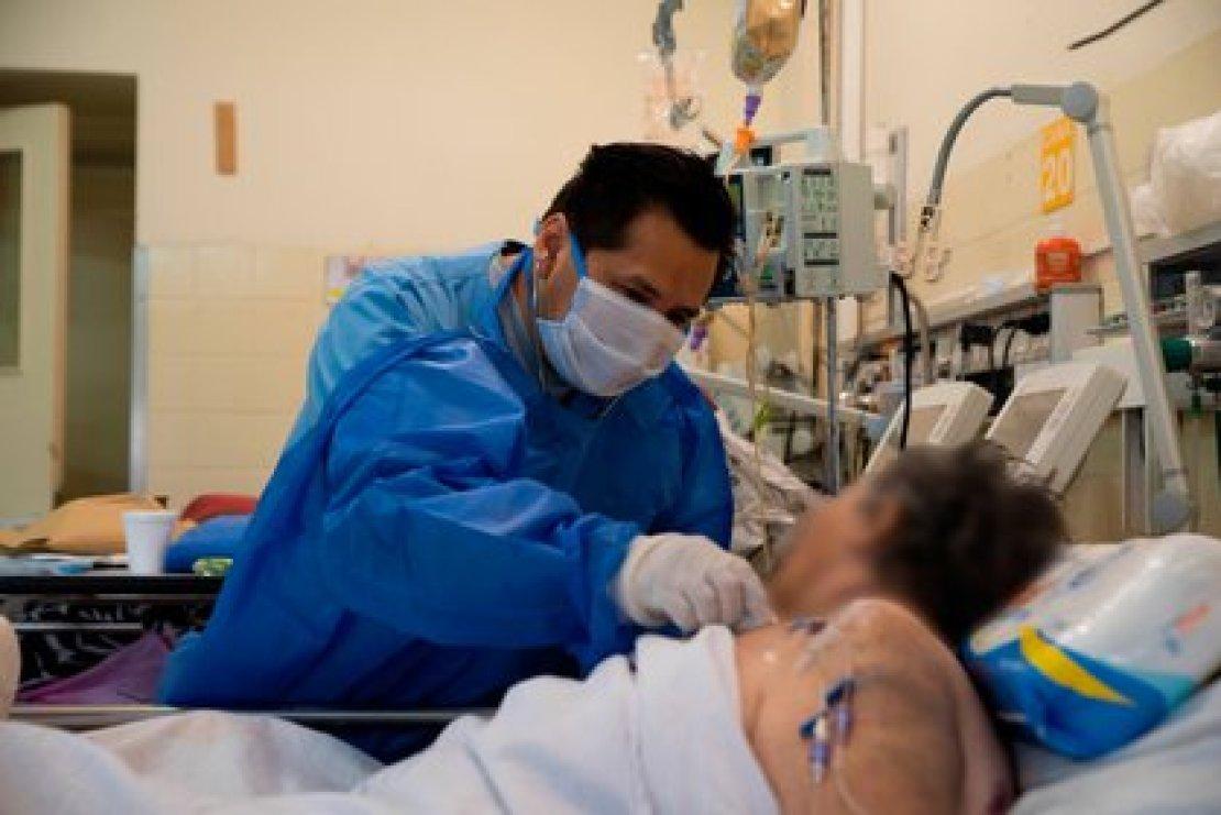 Los familiares de pacientes en estado crítico deberán utilizar los mismos elementos de prevención que el personal médico (Franco Fafasuli).
