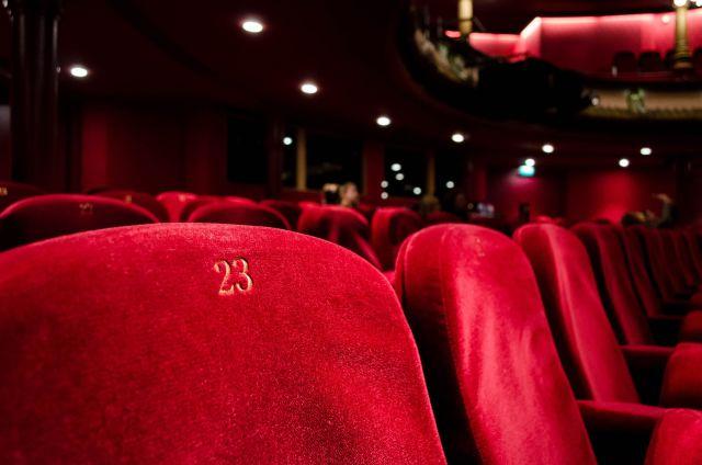 Asientos ubicados en una sala de teatro, de Kilyan Sockalingum Tomado de Unsplash.