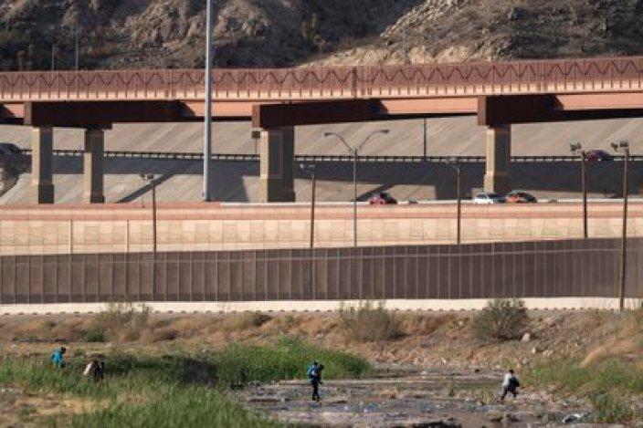Migrantes cruzan el Rio Rande en Ciudad Juárez, Mexico, en Marzo Washington Post Foto por Michael Robinson Chavez