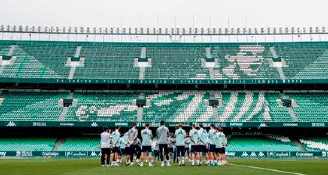 Jugadores y cuerpo técnico de la selección española durante el entrenamiento que el combinado español celebró este lunes en el estadio Benito Villamarín de Sevilla. EFE / RFEF.