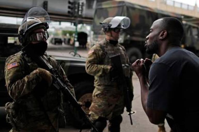 Un hombre enfrenta a la Guardia Nacional durante una protesta por la muerte de George Floyd, ocurrida el lunes, a manos de la policía en Minneapolis, Minnesota REUTERS/Carlos Barria