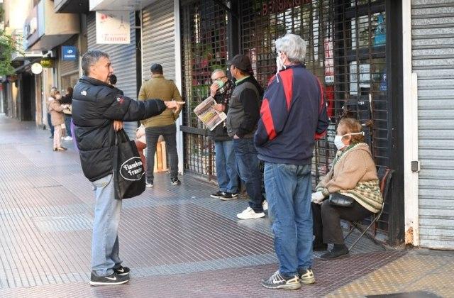 En gran parte, quienes hacen la fila son planes sociales que tienen tarjeta de débito. (fotos: Maximiliano Luna)