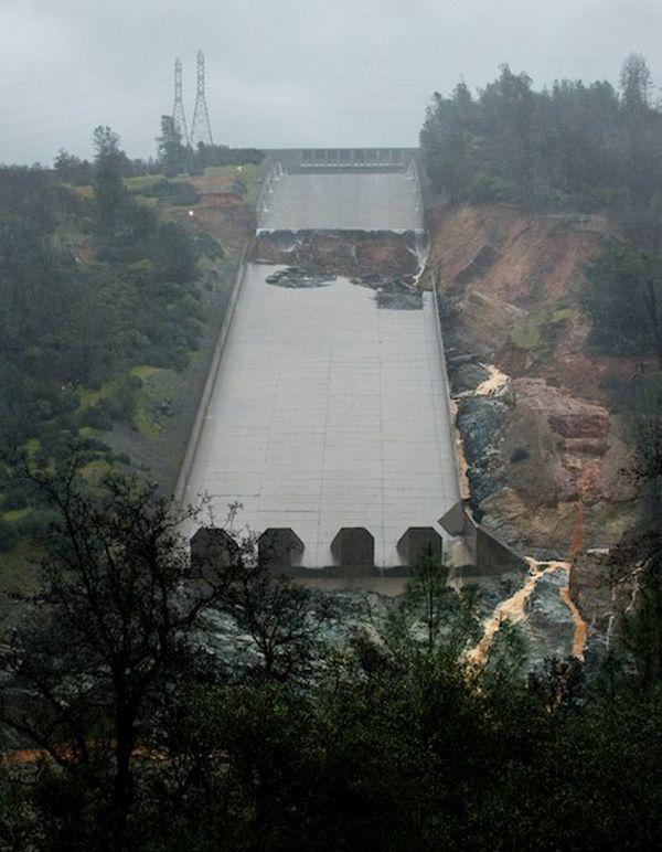 La área de erosión en la represa (Reuters)