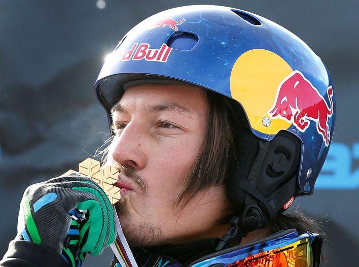 Pullin besando su medalla en los FIS Snowboard World Championships de Quebec (2013) - REUTERS