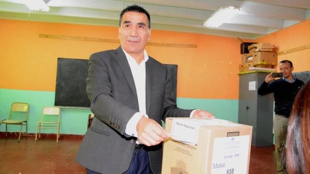 Ramón Rioseco en el momento que fue a votar en Cutral Co (Gentileza Maria Laura Pino)