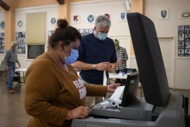 Funcionarios electorales imprimen los resultados de un condado de Texas al final de la votación. Foto: REUTERS/Adrees Latif