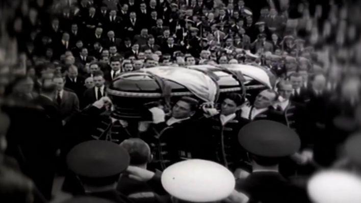 El ataúd de Eva Perón, en medio de una multitud.