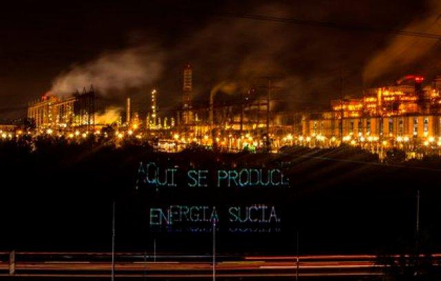 """Fotografía cedida por Greenpeace México que muestra la proyección de un mensaje en el que se lee """"aquí se produce energía sucia"""", en la Termoeléctrica de Tula, en el estado de Hidalgo (Foto: EFE)"""