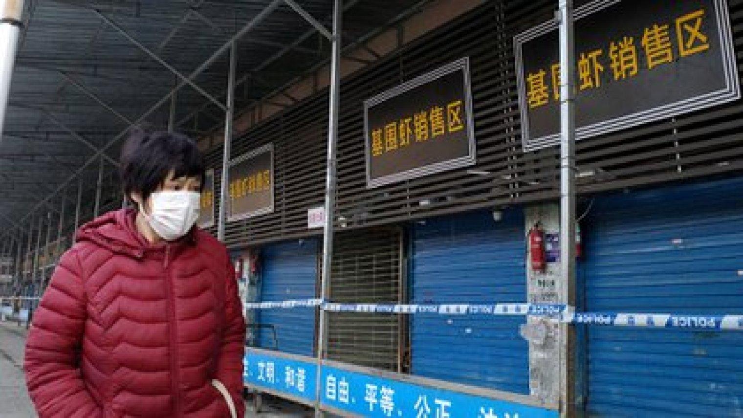 El mercado húmedo de Huanan, en Wuhan, donde se detectaron restos de coronavirus, en enero último (AFP)