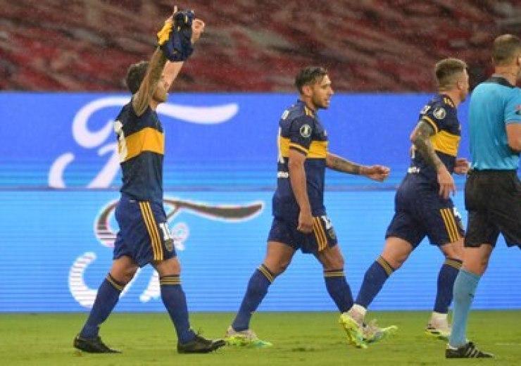 Brazos arriba y camiseta retro: Tevez dio la nota en Brasil (REUTERS/Silvio Avila)