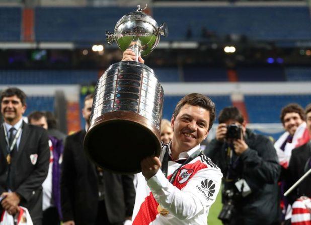 Foto de archivo del DT de River Plate, Marcelo Gallardo, celebrando la obtención de la Copa Libertadores tras ganarle la final a Boca Juniors en Madrid.  (REUTERS/Sergio Perez)