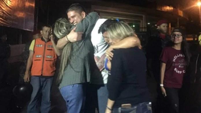 Uno de los políticos liberados es saludado por sus familiares. (La Patilla)