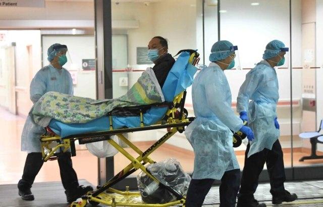 Personal médico transfiere a un paciente de un caso sospechoso de un nuevo coronavirus en el Hospital Príncipe de Gales en Hong Kong, China, el 22 de enero de 2020 (cnsphoto via REUTERS)
