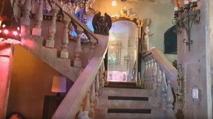 Una gárgola a mitad de la escalera espera a los visitantes (Foto: captura de pantalla)