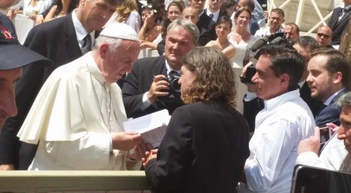 Pierre Valkering regalándole un libro al Papa Francisco (2016)