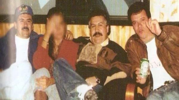"""Escobar junto a una de sus amantes y a su jefe de sicarios""""Popeye"""""""