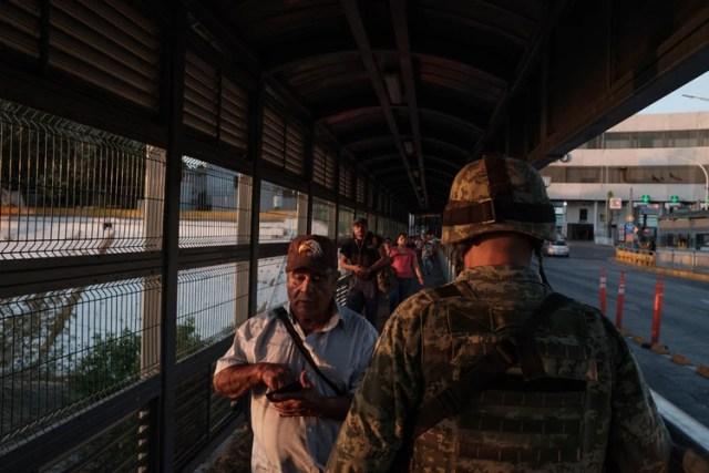 Un grupo de personas que cruzaba el puente de Nuevo Laredo, México, hacia Laredo, Texas, el miércoles. (Luis Antonio Rojas/The New York Times)
