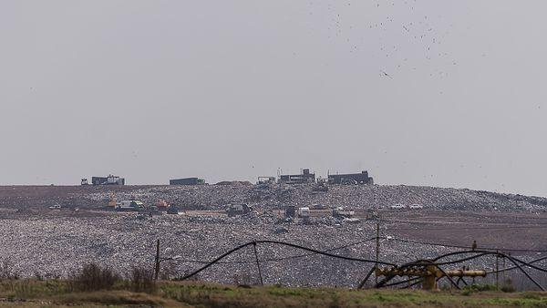 """Montañas de basura -o """"módulos""""- en el complejo Norte III del Ceamse (Adrián Escandar)"""