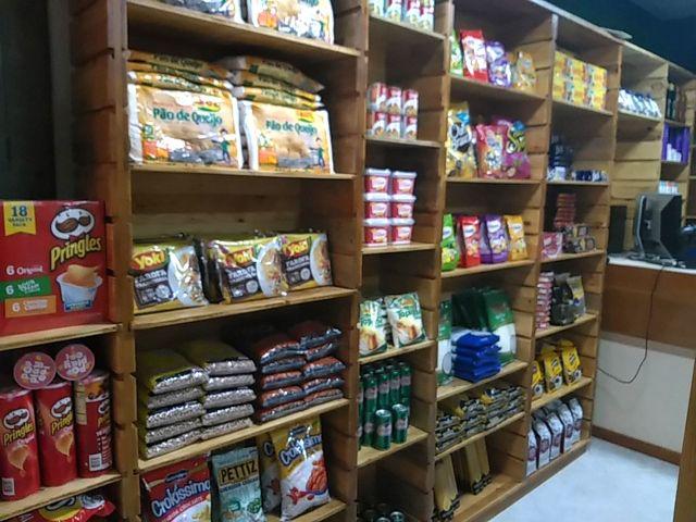 Una estantería en un mercado de lujo de Caracas, repleto de productos importados