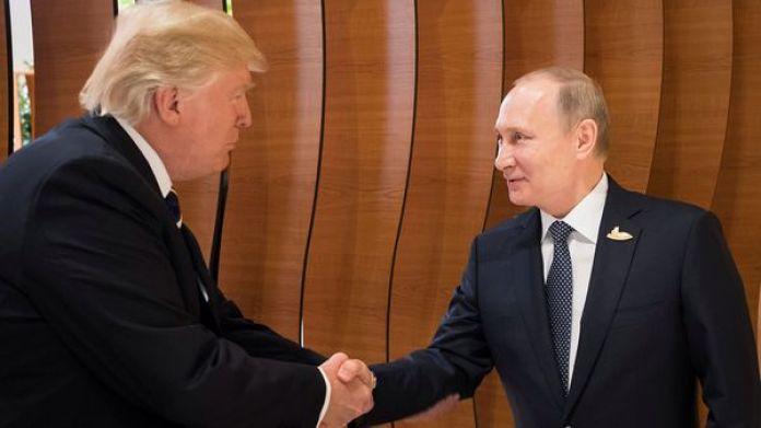 Donald Trump y Vladimir Putin durante su primer encuentro en el G20 de Hamburgo (Reuters)