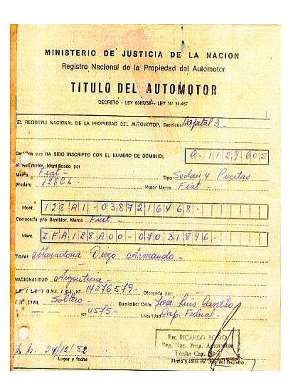 El título del automotor que testifica la propiedad de Diego Armando Maradona como dueño del utilitario italiano