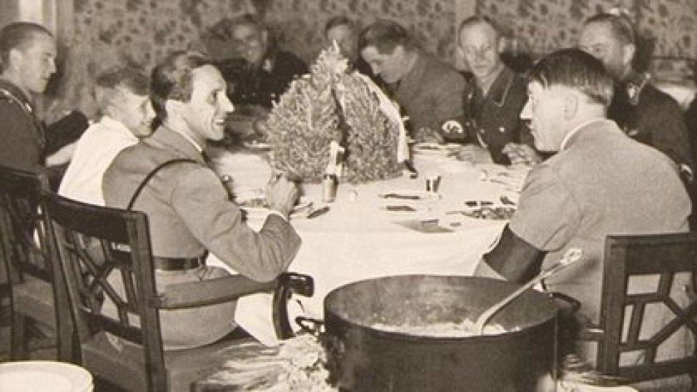 Hitler en una comida con sus oficiales en el búnker bajo la Cancillería, en Berlín.