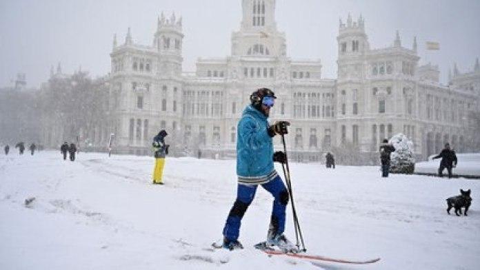 Un hombre salió a practicar esquí en Madrid (GABRIEL BOUYS / AFP)