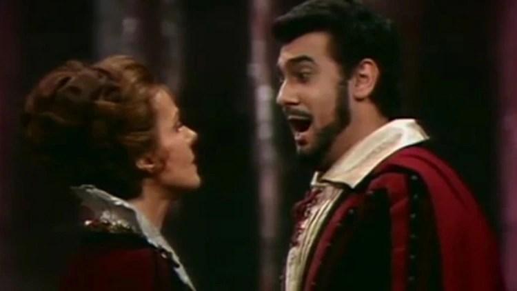 Placido Domingo cantando en la ópera El Trovador de Giuseppe Verdi.