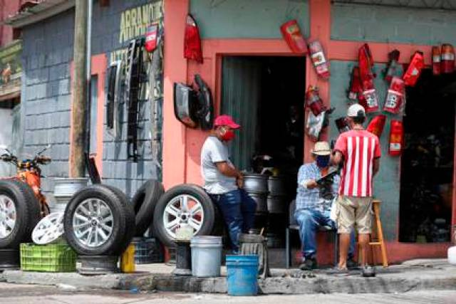 """La contracción de la economía hondureña también obedece al """"decrecimiento"""" en sectores como la industria manufacturera, el comercio, los hoteles y restaurantes, la agricultura, el transporte y almacenamiento, y la construcción. EFE/Gustavo Amador/Archivo"""