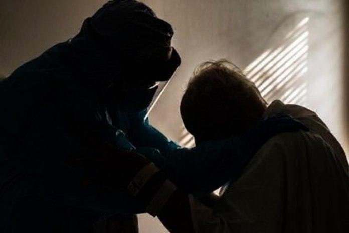 El paciente pasa difíciles momentos sin poder ver a sus parientes por el riesgo de contagio (AFP)