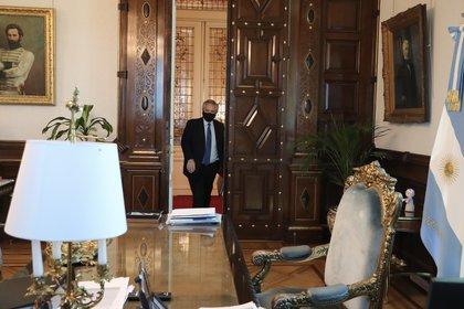 Alberto Fernández ingresa en su despacho de la Casa Rosada