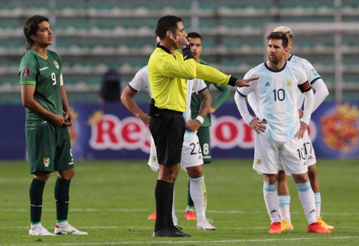 El árbitro Diego Haro demoró algunos minutos en convalidar el gol debido a la revisión del VAR por la posición de Martínez. Finalmente, el delantero estaba habilitado