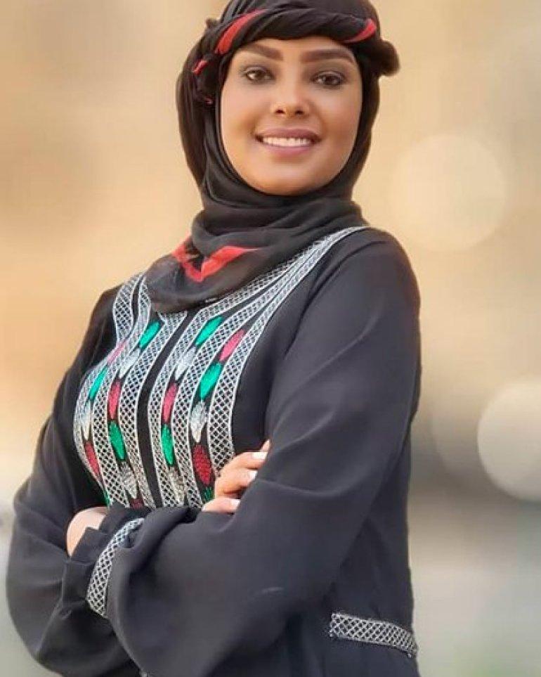 Intisar al Hammadi cuenta con miles de seguidores en Facebook e Instagram, donde publicó fotos posando para diseñadores locales
