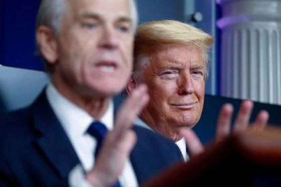 El presidente Trump escucha al asesor comercial de la Casa Blanca, Peter Navarro, durante una conferencia de prensa en la Casa Blanca en abril (REUTERS/Tom Brenner)